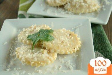 Фото рецепта: «Равиоли с сыром в чесночном соусе»