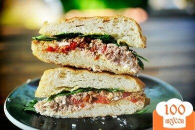 Фото рецепта: «Горячие бутерброды с тунцом, помидорами и козьим сыром»