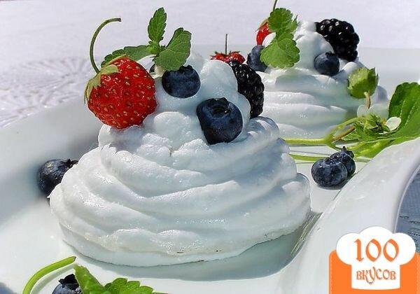 Фото рецепта: «Меренги под сливочно-ягодной шапочкой»