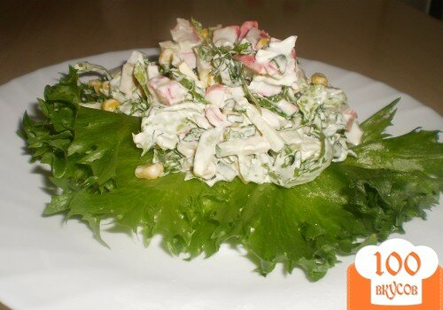 """Фото рецепта: «Салат с крабовыми палочками и листьями салата """"Фриллис""""»"""