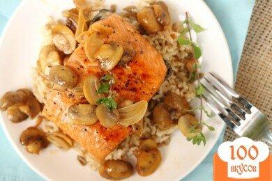 Фото рецепта: «Коричневый рис с лососем, вином и грибами»