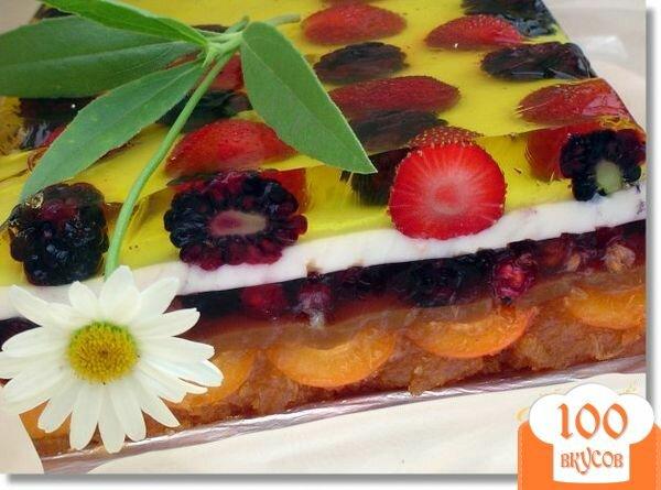 Фото рецепта: «Желейный торт с ягодами и шоколадной крошкой»