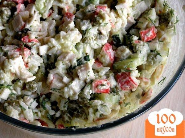 Фото рецепта: «Салат с крабовыми палочками, рисом и зеленым горошком»