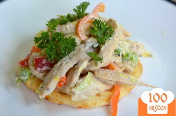 Фото рецепта: «Куриный салат с сырными слойками»