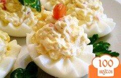 Фото рецепта: «Яйца фаршированные крабовыми палочками, сыром и чесноком»