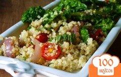 Фото рецепта: «Салат из киноа с помидорами и шпинатом»