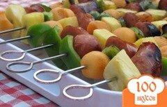 Фото рецепта: «Шашлык из колбасы с фруктами и перцем»