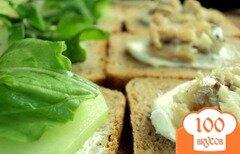 Фото рецепта: «Сэндвичи с копченой сельдью и огурцом»