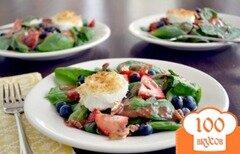 Фото рецепта: «Салат из шпината с клубникой, черникой и козьим сыром»