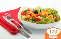 Фото рецепта: «Салат с кукурузой, сыром, помидорами»