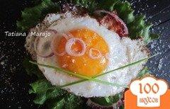 Фото рецепта: «Яичница с беконом на лепешках из крупы..»