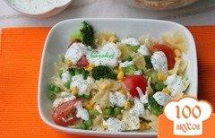 Фото рецепта: «Холодный салат с фарфалле, овощами и йогуртовой заправкой»