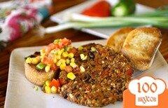 Фото рецепта: «Вегетарианский бифштекс из черной фасоли с острым кукурузным салатом»