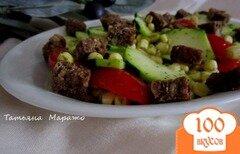Фото рецепта: «Салат из свежего цукини, кукурузы и сухариками из черного хлеба»
