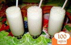 Фото рецепта: «Молочный коктейль с бананом и фруктовым сиропом»