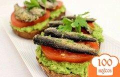 Фото рецепта: «Бутерброды со шпротами и авокадо»