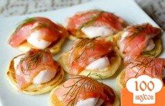 Фото рецепта: «Оладьи с лососем и сметанным кремом»