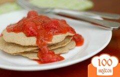 Фото рецепта: «Мультизерновые блинчики с клубничным соусом»