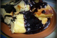 Фото рецепта: «Творожная запеканка с черносливом и шоколадной глазурью»