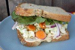 Фото рецепта: «Бутерброд с хумусом и овощами»