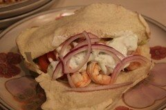 Фото рецепта: «Креветки в лаваше с домашним соусом Цацики и греческим салатом»