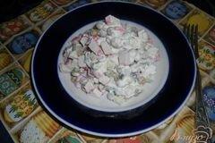Фото рецепта: «Салат с крабовыми палочками и зеленым горошком»