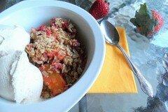 Фото рецепта: «Хрустящий десерт с манго и клубники»