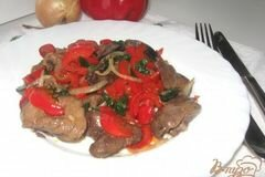 Фото рецепта: «Теплый салат с куриной печенью и болгарским перцем»