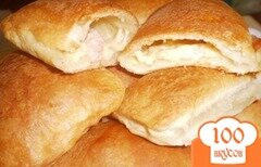 Фото рецепта: «Пирожки с сыром и ветчиной из слоеного теста»