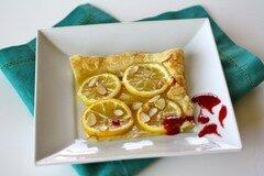 Фото рецепта: «Лимонный пирог под малиновым соусом с ликером»