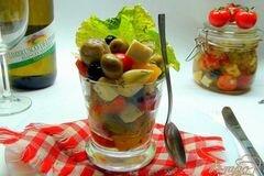 Фото рецепта: «Закуска в бокале «Праздничное ассорти». Сыр, маринованный с оливками и овощами.»