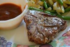 Фото рецепта: «Домашний барбекю соус с отбивными молодого барашка»