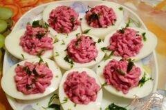 Фото рецепта: «Яйца фаршированные свеклой и сыром»