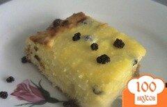 Фото рецепта: «Нежная творожная запеканка с изюмом на хлебной подушке»