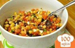 Фото рецепта: «Салат с нутом, оливками, сыром и помидорами»