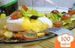 Фото рецепта: «Запечённый камамбер с салатом из винограда и розмарина.»