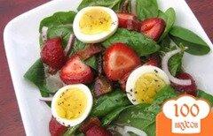 Фото рецепта: «Салат из клубники с шпинатом и яйцом»