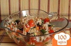 Фото рецепта: «Сытный салат с перловкой и помидорами»