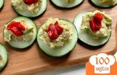 Фото рецепта: «Закуска из огурцов с хумусом»