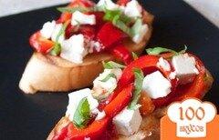 Фото рецепта: «Брускетта с печеным перцем и фетой»