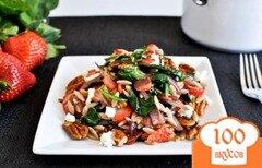 Фото рецепта: «Салат из орзо с клубникой и беконом»