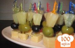 Фото рецепта: «Канапе с ананасом, оливками и сыром»
