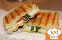 Фото рецепта: «Капрезе панини - сырный сэндвич с салатом»