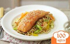 Фото рецепта: «Лосось по-азиатски с жаренной лапшой»