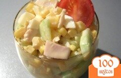 Фото рецепта: «Куриный салат с огурцами и манго»