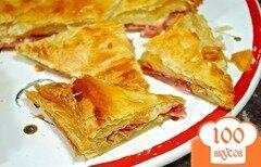 Фото рецепта: «Слоеный пирог с сыром и колбасой»