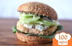 Фото рецепта: «Бургер с лососем и домашним соусом Тартар»