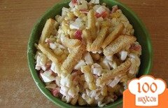 Фото рецепта: «Крабовый салат с рисом и сухариками»