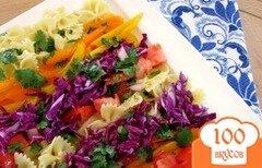 Фото рецепта: «Салат из макарон с заправкой из меда и кинзы»