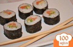 Фото рецепта: «Суши роллы с лососем и авокадо»